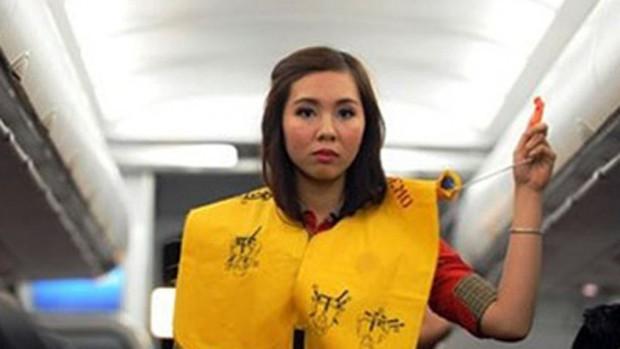 Xé áo phao trên tàu bay, nữ hành khách bị cấm bay 9 tháng - Ảnh 1.