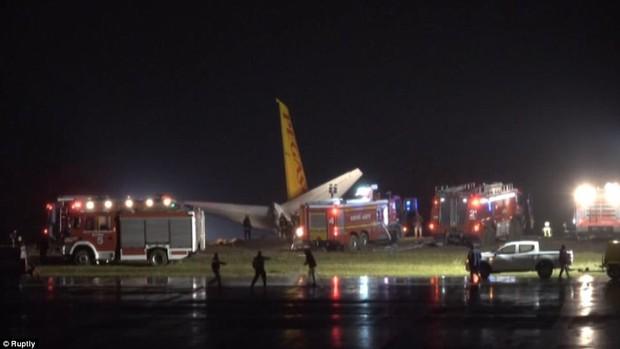Máy bay lao thẳng xuống biển sau khi hạ cánh, 168 người sống sót an toàn, tránh được thảm kịch hàng không - Ảnh 8.