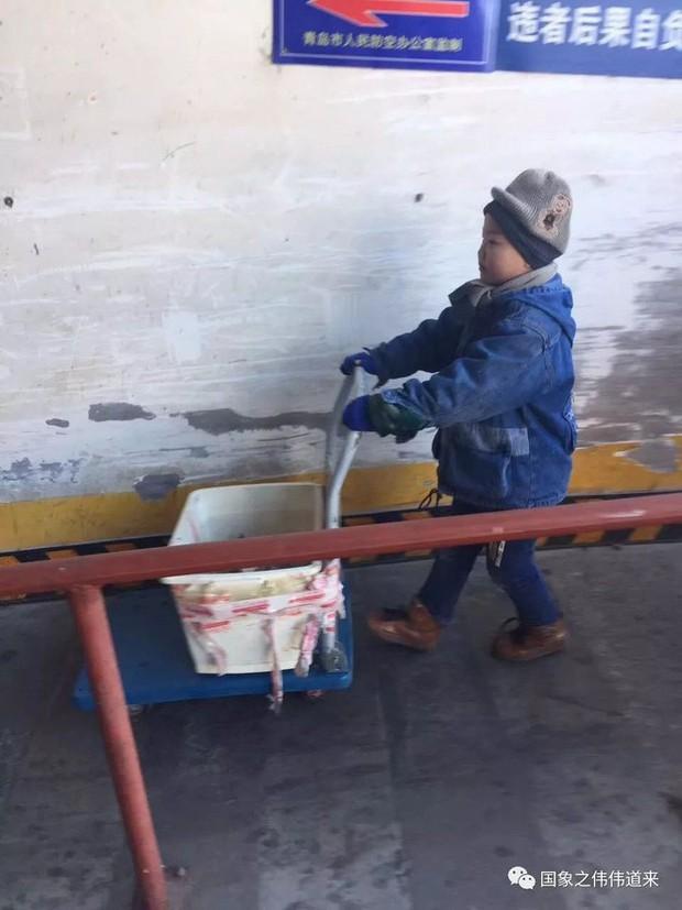 Mẹ tái giá, bố bặt vô âm tín, bé trai 6 tuổi phải đi giao hàng giữa trời đông để kiếm sống - Ảnh 1.