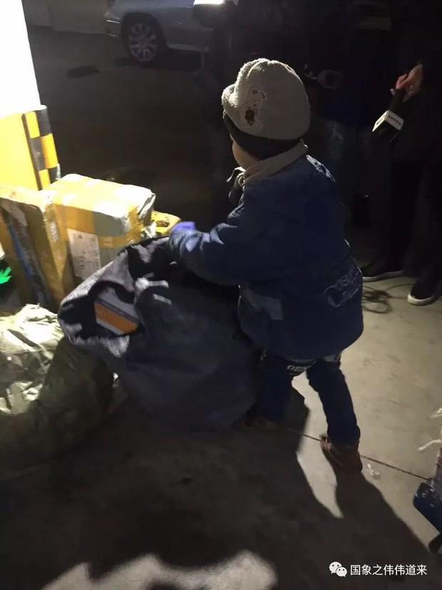 Mẹ tái giá, bố bặt vô âm tín, bé trai 6 tuổi phải đi giao hàng giữa trời đông để kiếm sống - Ảnh 2.
