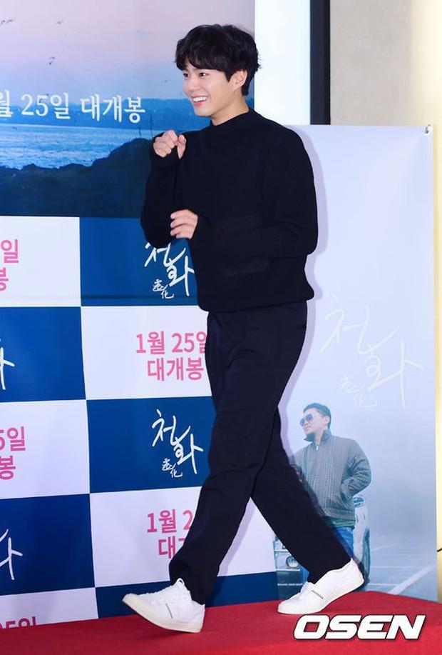 Park Bo Gum và Jung Hae In đụng độ: Fan nữ vừa mất máu, vừa không biết chọn ai đẹp hơn - Ảnh 1.