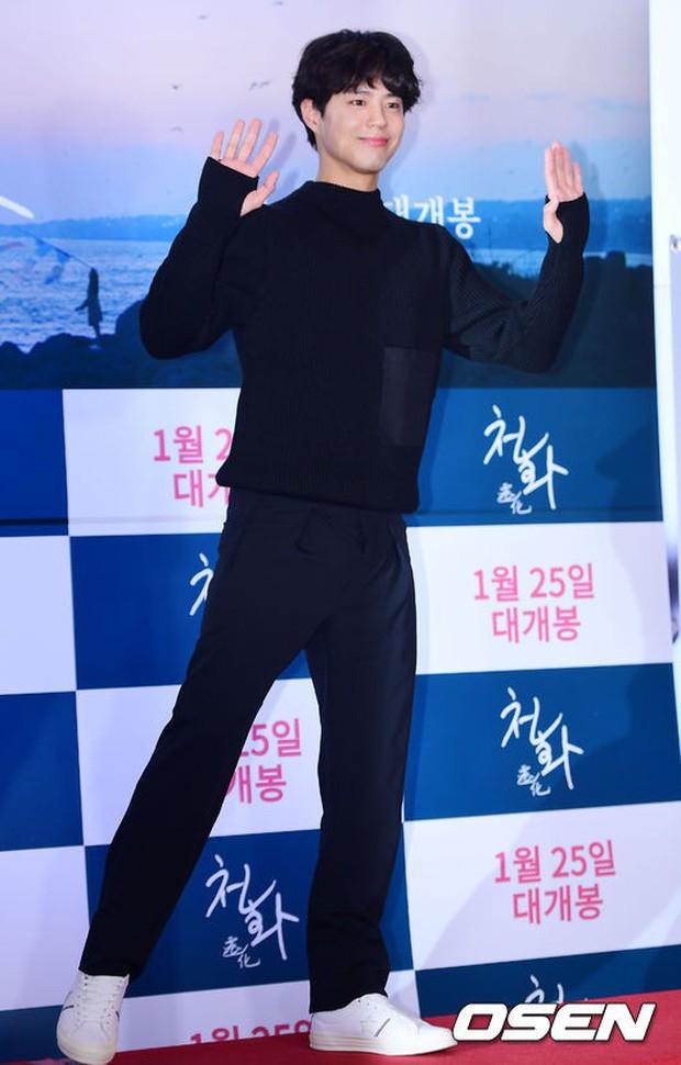 Park Bo Gum và Jung Hae In đụng độ: Fan nữ vừa mất máu, vừa không biết chọn ai đẹp hơn - Ảnh 2.