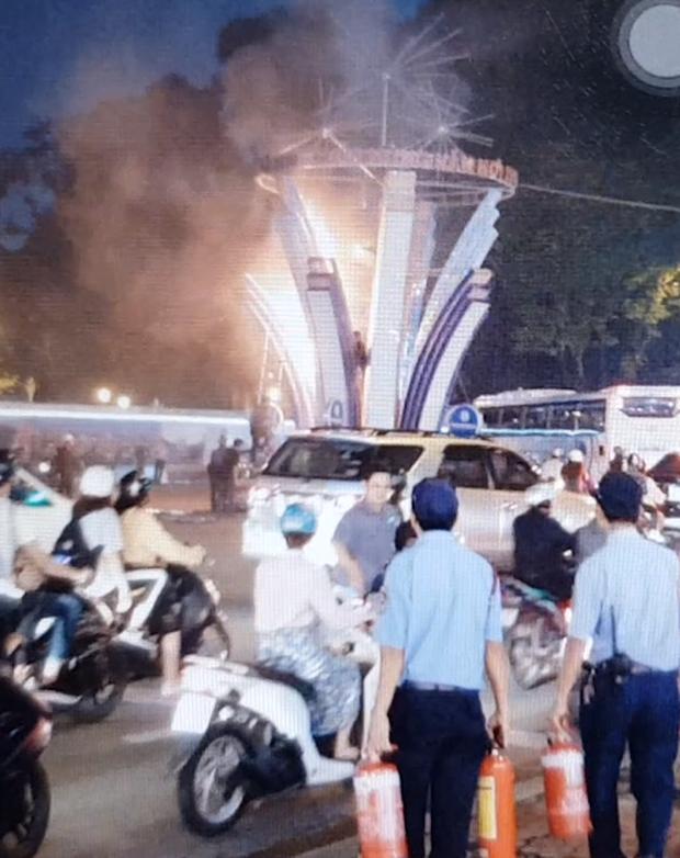 Cháy đèn trang trí Tết gần Nhà thờ Đức Bà, người đi đường hốt hoảng bỏ chạy - Ảnh 2.