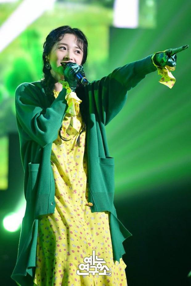 Thần tượng xinh đẹp nhất Produce 101 xuất hiện trên show hát giấu mặt - Ảnh 1.