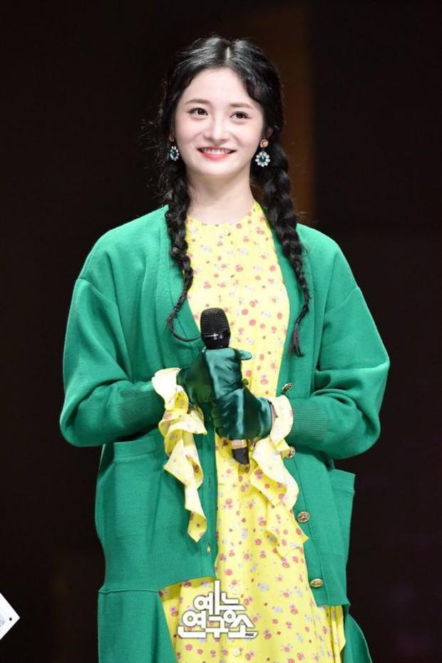 Thần tượng xinh đẹp nhất Produce 101 xuất hiện trên show hát giấu mặt - Ảnh 2.