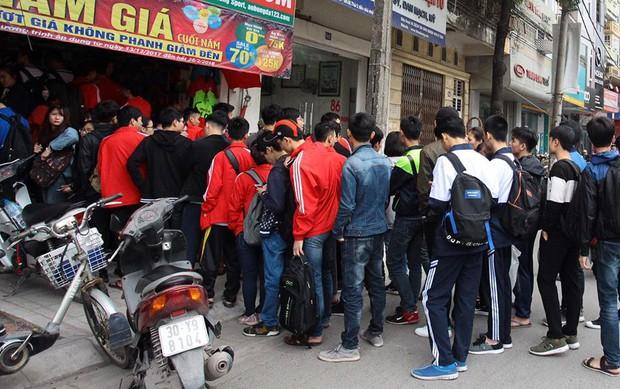 Nhiều bạn trẻ xếp hàng nhận áo và vé xem trận bán kết giữa U23 Việt Nam và U23 Qatar tại ĐH Bách Khoa - Ảnh 2.