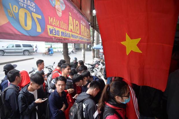 Nhiều bạn trẻ xếp hàng nhận áo và vé xem trận bán kết giữa U23 Việt Nam và U23 Qatar tại ĐH Bách Khoa - Ảnh 3.