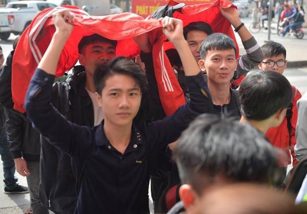Nhiều bạn trẻ xếp hàng nhận áo và vé xem trận bán kết giữa U23 Việt Nam và U23 Qatar tại ĐH Bách Khoa - Ảnh 1.