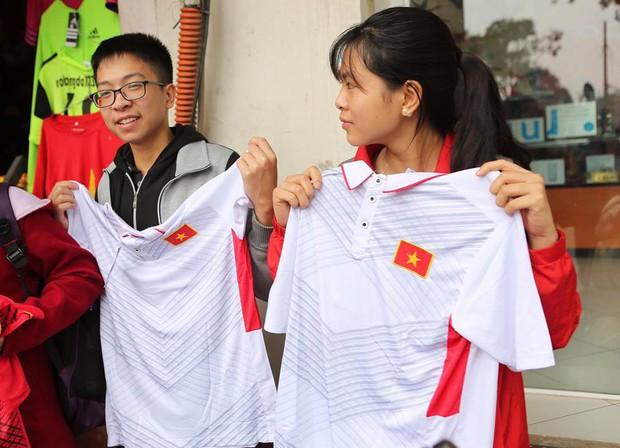 Nhiều bạn trẻ xếp hàng nhận áo và vé xem trận bán kết giữa U23 Việt Nam và U23 Qatar tại ĐH Bách Khoa - Ảnh 4.