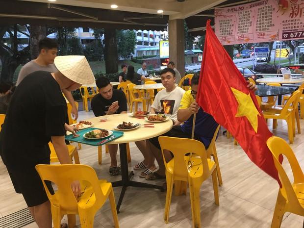 Du học sinh Việt Nam tại Singapore ăn mừng chiến thắng của tuyển U23; lá cờ Việt Nam được giương cao nơi đất khách - Ảnh 2.