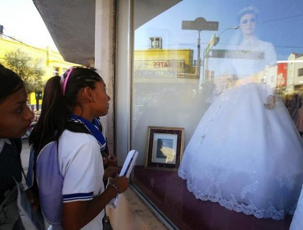 Bí ẩn chuyện cửa hàng váy cưới dùng xác ướp người chết làm ma-nơ-canh, hơn 80 năm rồi vẫn chưa có câu trả lời thuyết phục - Ảnh 2.