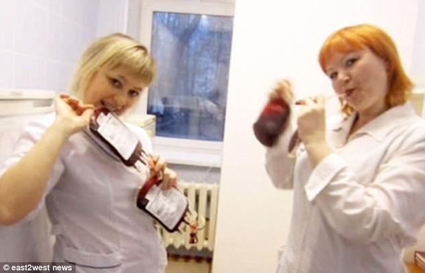 Trói thi thể bệnh nhân lên giường để làm trò cười selfie, nữ y tá khiến dư luận vô cùng phẫn nộ - Ảnh 6.