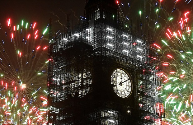 Chùm ảnh: Năm mới 2018 hân hoan trên toàn châu Âu, bầu trời London, Paris ngập tràn pháo hoa rực rỡ - Ảnh 3.