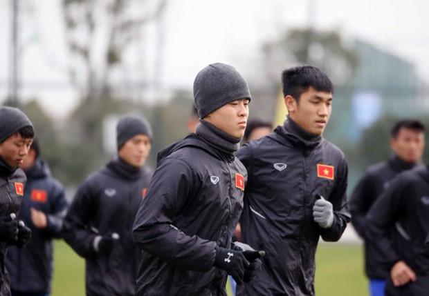 U23 Việt Nam bịt khẩu trang, uống trà gừng chống cái rét 8 độ ở Trung Quốc - Ảnh 4.