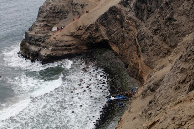 Ảnh: Gian nan cứu hộ chiếc xe bus lao xuống vực sâu cạnh biển ở Peru - Ảnh 4.