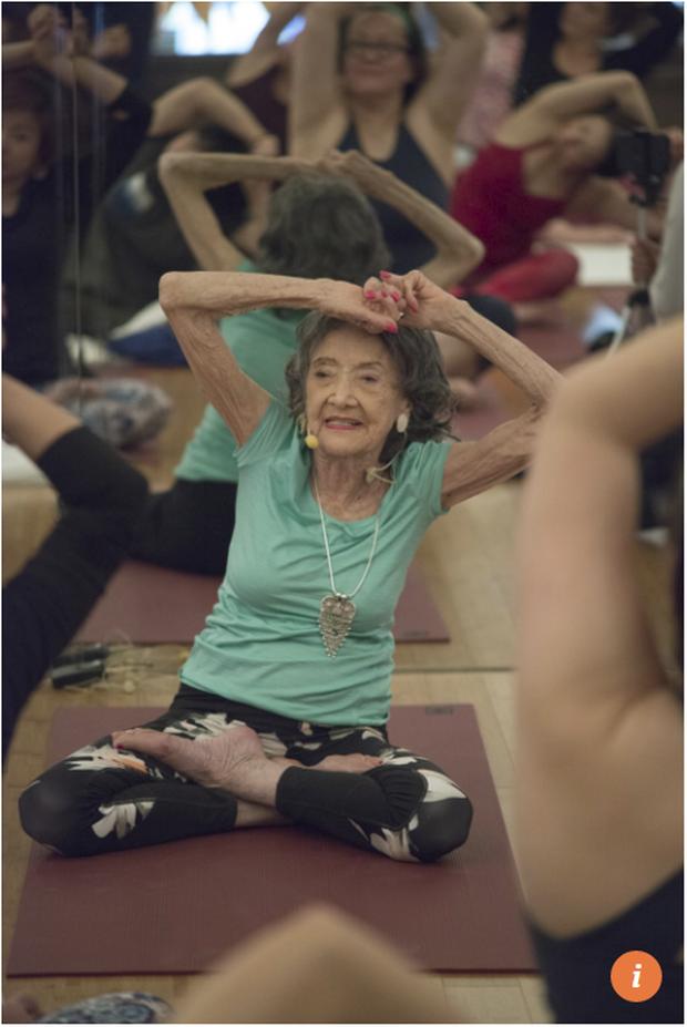 75 năm tập luyện, 57 năm giảng dạy yoga, cuộc đời của người phụ nữ 99 tuổi này như một cuốn phim tuyệt vời về cuộc sống tươi đẹp - Ảnh 4.