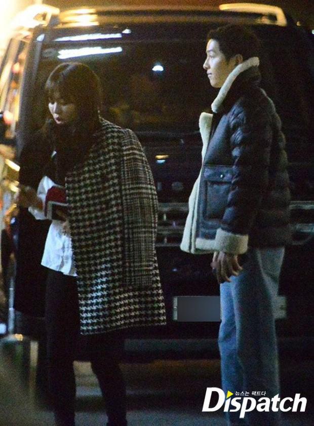Song Joong Ki và Song Hye Kyo tay trong tay bình dị hẹn hò tại Nhật Bản để kỷ niệm 1 năm ngày cầu hôn? - Ảnh 4.