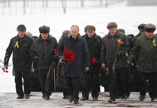 Ông Putin cởi trần, ngâm mình trong hồ nước băng giá - Ảnh 4.