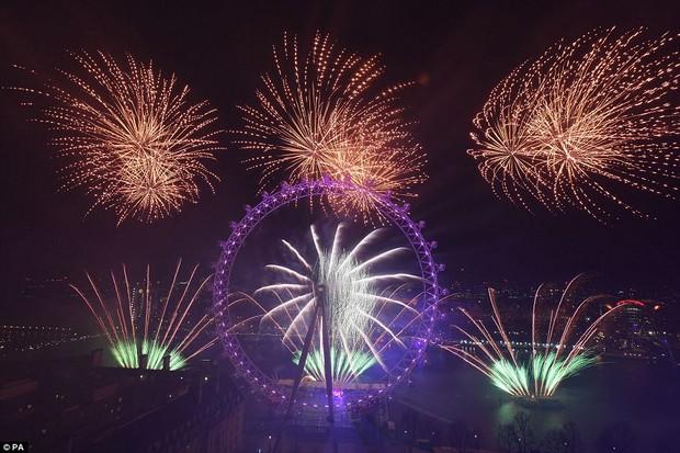 Chùm ảnh: Năm mới 2018 hân hoan trên toàn châu Âu, bầu trời London, Paris ngập tràn pháo hoa rực rỡ - Ảnh 12.