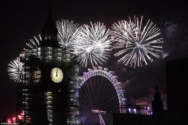 Chùm ảnh: Năm mới 2018 hân hoan trên toàn châu Âu, bầu trời London, Paris ngập tràn pháo hoa rực rỡ - Ảnh 6.