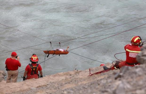 Ảnh: Gian nan cứu hộ chiếc xe bus lao xuống vực sâu cạnh biển ở Peru - Ảnh 8.