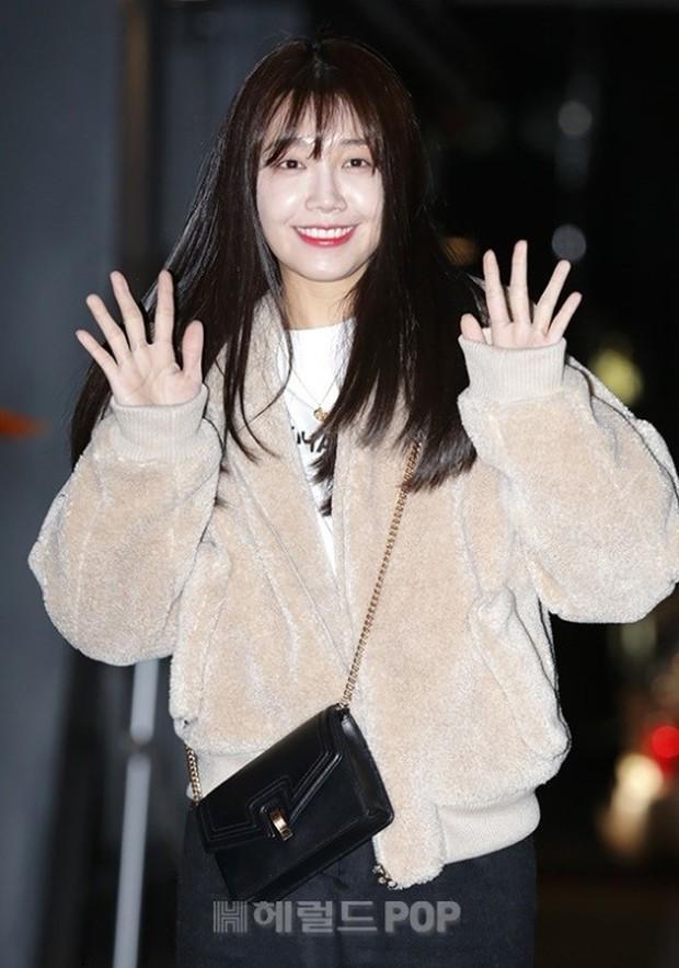 Mỹ nhân She was pretty đẹp bất chấp, Eunji (A Pink) bỗng lộ mặt trắng bệch bóng nhờn dọa fan tại tiệc mừng công - Ảnh 9.
