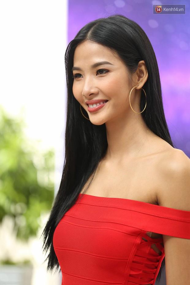 """Kể từ khi dự thi Hoa hậu Hoàn Vũ Việt Nam 2017, Hoàng Thùy lột xác hẳn với style """"bánh bèo"""" - Ảnh 10."""