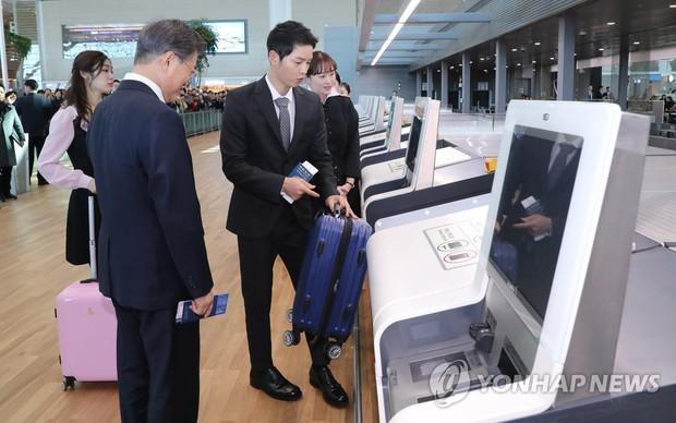 Sau vợ Song Hye Kyo, đến lượt Song Joong Ki lịch lãm, điển trai dự sự kiện tầm cỡ cùng Tổng thống Hàn - Ảnh 6.