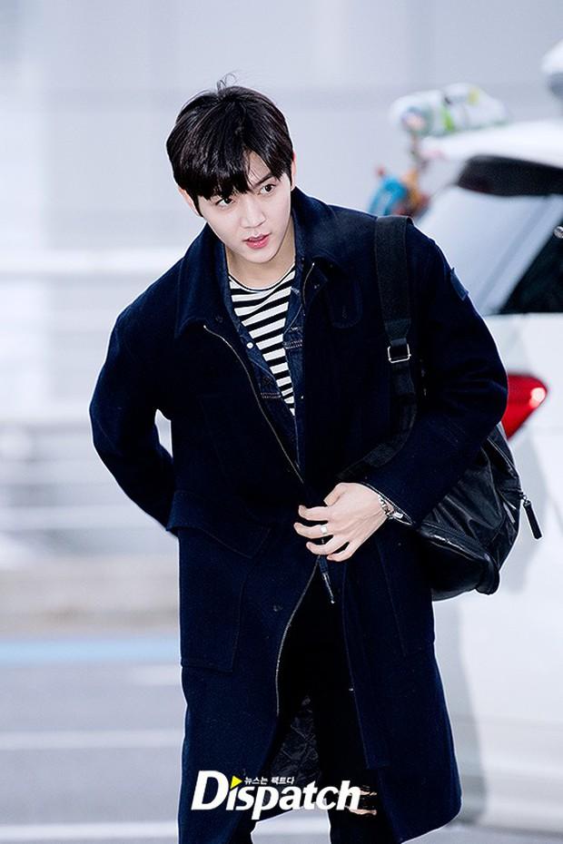 Dàn trai đẹp Wanna One khiến sân bay náo loạn vì chật kín fan, mỹ nam nhóm NUEST lại đẹp hơn cả con gái - Ảnh 23.