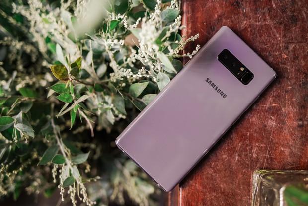 Top 5 smartphone màu sắc hiếm có khó tìm dành cho chị em diện Tết - Ảnh 1.