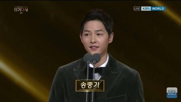 Sao Hàn mừng năm mới 2018: Vợ chồng Song Song rạng rỡ, Big Bang, Wanna One bận rộn đi diễn, Jessica sang hẳn Trung Quốc - Ảnh 1.