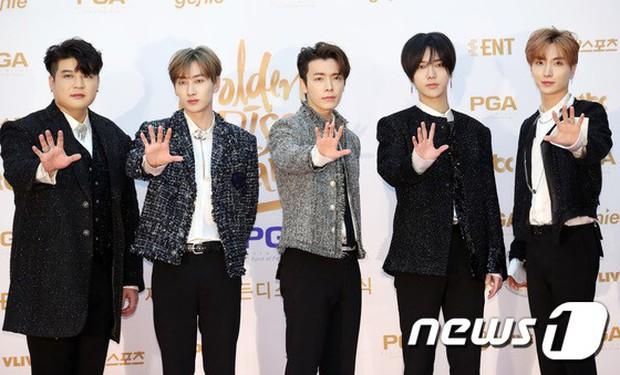 Thảm đỏ Golden Disc Awards: Bạn gái cũ Hyunbin trễ nải khoe ngực đầy bên Taeyeon diêm dúa, EXO và BTS đọ vẻ điển trai - Ảnh 39.
