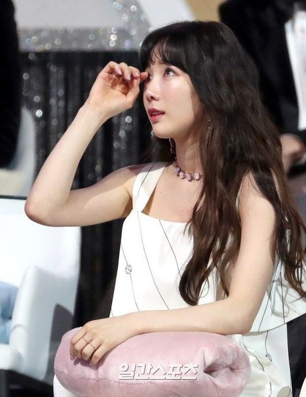 Lee Hi nghẹn ngào hát tưởng nhớ Jonghyun và phản ứng của Taeyeon dưới khán đài khiến fan càng thêm xót xa - Ảnh 3.