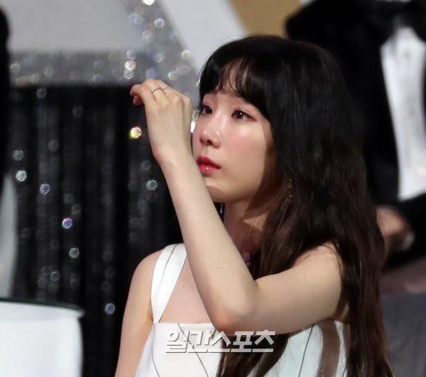 Lee Hi nghẹn ngào hát tưởng nhớ Jonghyun và phản ứng của Taeyeon dưới khán đài khiến fan càng thêm xót xa - Ảnh 4.
