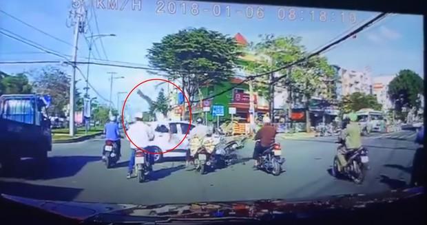 Clip thanh niên vượt đèn đỏ lao thẳng vào đầu ô tô rồi bị bắn văng lên trời khiến nhiều người kinh hãi - Ảnh 1.
