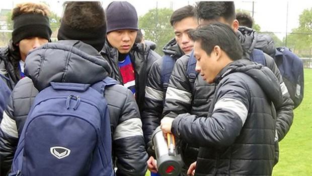 U23 Việt Nam bịt khẩu trang, uống trà gừng chống cái rét 8 độ ở Trung Quốc - Ảnh 1.