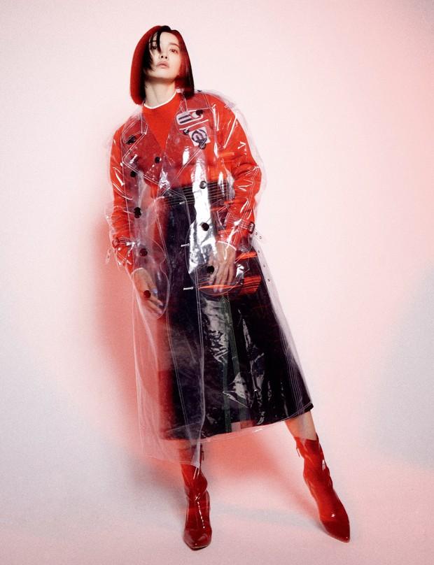 Không phải mẫu trang phục đắt đỏ nào, giờ đây áo mưa mới là thứ được các sao Hoa ngữ chăm diện nhất - Ảnh 8.