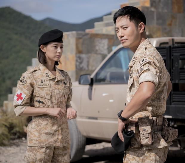 Biên kịch Hậu Duệ Mặt Trời lại tạo cơ hội cho đôi Jin Goo - Kim Ji Won tương phùng trong bom tấn mới - Ảnh 1.