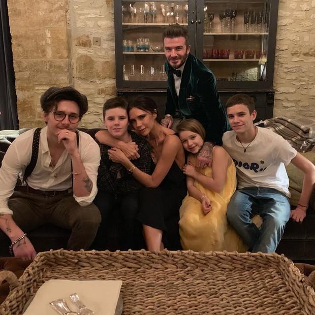 Loạt sao Âu Mỹ khoe ảnh đón năm mới: Người sum vầy hạnh phúc bên gia đình, kẻ xúng xính váy áo gợi cảm dự tiệc - Ảnh 1.