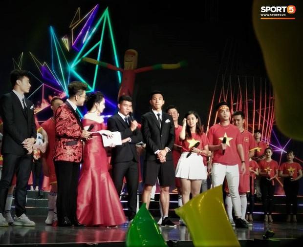 Vừa thấy Văn Hậu trên TV, fan tóm ngay khoảnh khắc cậu út trên diện áo vest dưới mặc quần đùi - Ảnh 5.