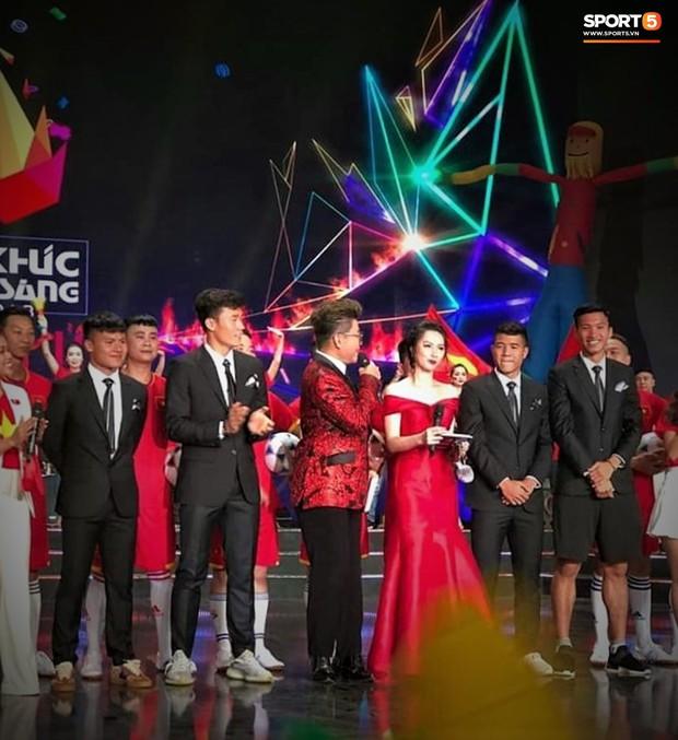 Vừa thấy Văn Hậu trên TV, fan tóm ngay khoảnh khắc cậu út trên diện áo vest dưới mặc quần đùi - Ảnh 4.