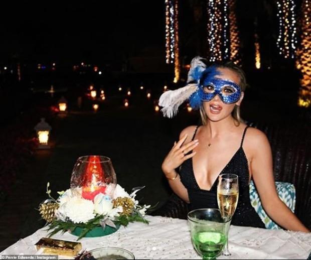 Loạt sao Âu Mỹ khoe ảnh đón năm mới: Người sum vầy hạnh phúc bên gia đình, kẻ xúng xính váy áo gợi cảm dự tiệc - Ảnh 15.