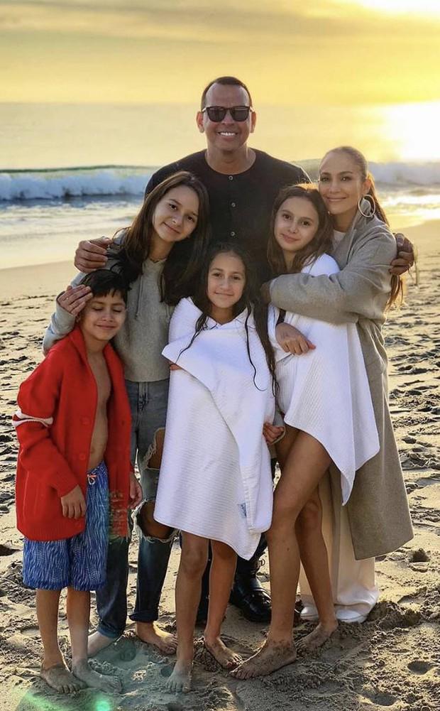 Loạt sao Âu Mỹ khoe ảnh đón năm mới: Người sum vầy hạnh phúc bên gia đình, kẻ xúng xính váy áo gợi cảm dự tiệc - Ảnh 11.