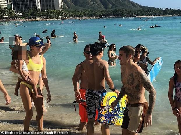 Đi tắm biển với vợ, Justin Bieber lại bị tóm được khoảnh khắc ôm một người đàn ông vô cùng tình tứ - Ảnh 4.