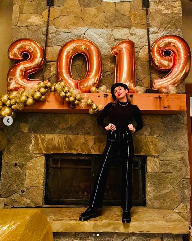 Loạt sao Âu Mỹ khoe ảnh đón năm mới: Người sum vầy hạnh phúc bên gia đình, kẻ xúng xính váy áo gợi cảm dự tiệc - Ảnh 5.
