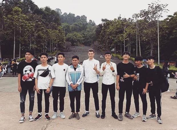 Thầy giáo Tây ở Việt Nam: Người body 6 múi hoàn hảo như model, người siêu dễ thương, chiều học sinh hết mực - Ảnh 2.