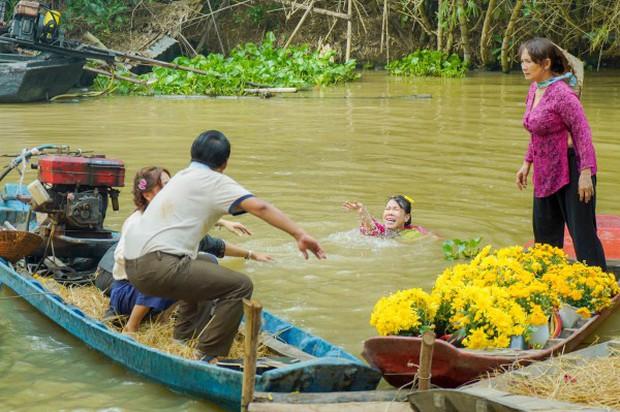 Chết cười với cảnh giật tóc móc mắt ngay đám cưới làng quê giữa Lê Giang và Việt Hương trong Vu Quy Đại Náo - Ảnh 4.