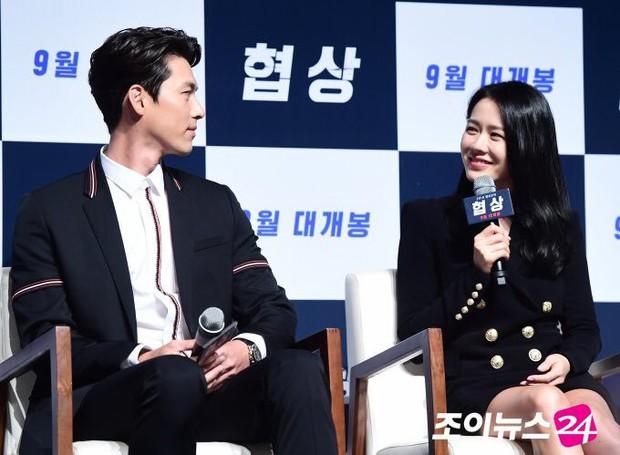 Nhìn Son Ye Jin và Hyun Bin tình tứ, có thái độ đáng ngờ như thế này bảo sao ai cũng thi nhau đẩy thuyền - Ảnh 10.