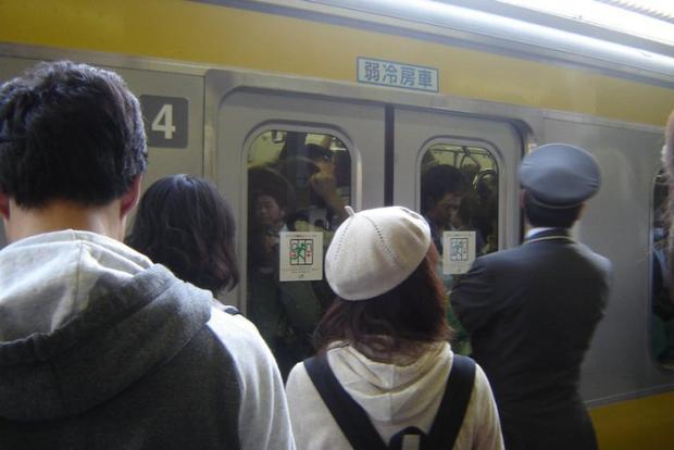 Hành khách ra vào Tokyo mỗi ngày đông hơn cả đội quân xâm lược hung hãn nhất lịch sử - Ảnh 1.