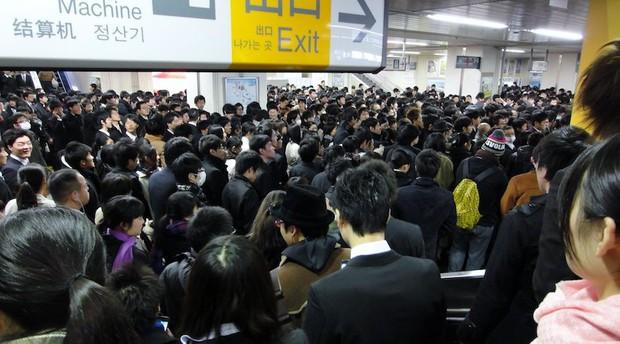 Hành khách ra vào Tokyo mỗi ngày đông hơn cả đội quân xâm lược hung hãn nhất lịch sử - Ảnh 3.